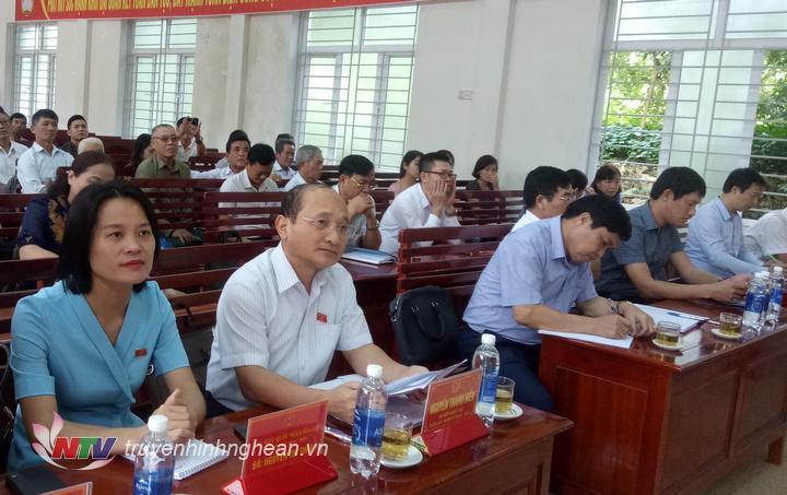 Các đại biểu tham gia tiếp xúc cử tri tại xã Đông Hiếu, thị xã Thái Hòa.