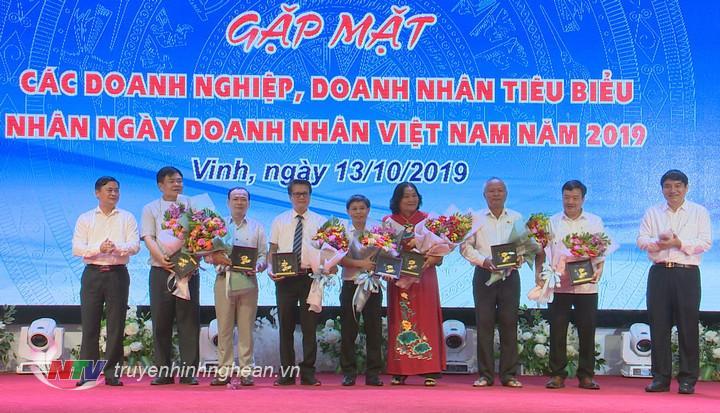 Lãnh đạo tỉnh tặng hoa chúc mừng các hiệp hội doanh nghiệp trên địa bàn tỉnh.