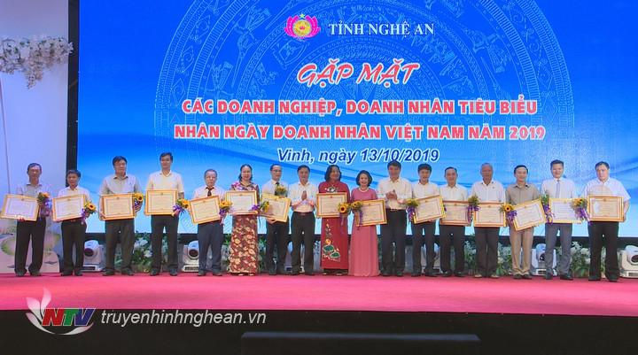 15 doanh nghiệp có nhiều đóng góp tích cực cho cộng đồng doanh nghiệp, góp phần phát triển kinh tế - xã hội của tỉnh năm 2019 được nhận Bằng khen của Chủ tịch UBND tỉnh.