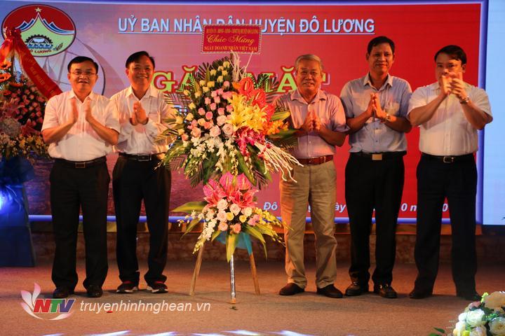 lãnh đạo huyện tặng hoa chúc mừng các doanh nghiệp nhân ngày Doanh nhân Việt nam 13/10.