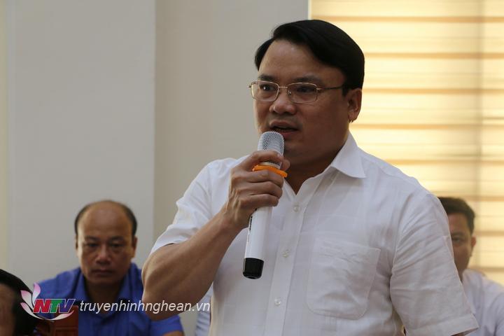 Đồng chí Phùng Thành Vinh - Chủ tịch UBND huyện nêu rõ những vấn đề còn tồn tại của ngành y tế cần quan tâm để nâng cao chất lượng cho nhân dân.