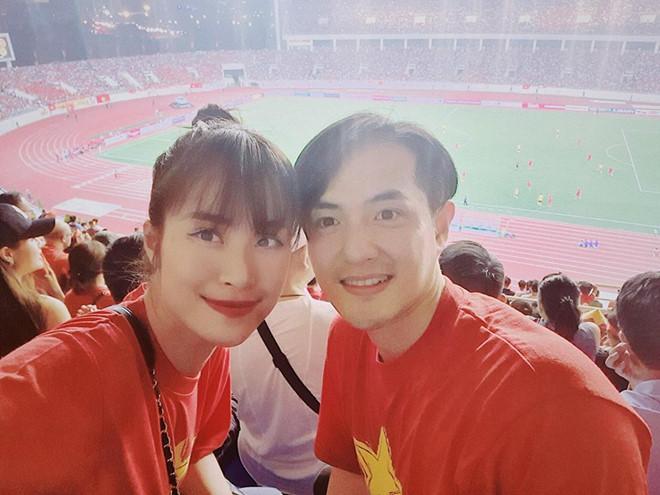 Cặp đôi đến sân vận động Mỹ Đình ủng hộ tuyển Việt Nam.