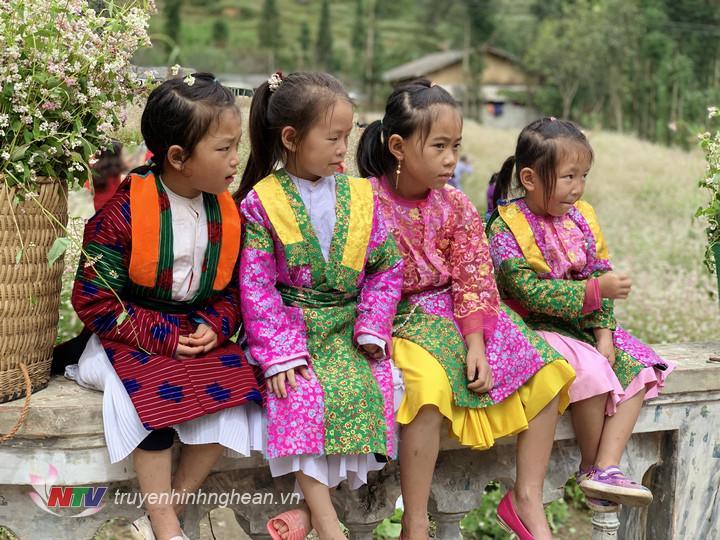 Những đứa trẻ Hà Giang trong trang phục truyền thống sặc sỡ sắc màu.