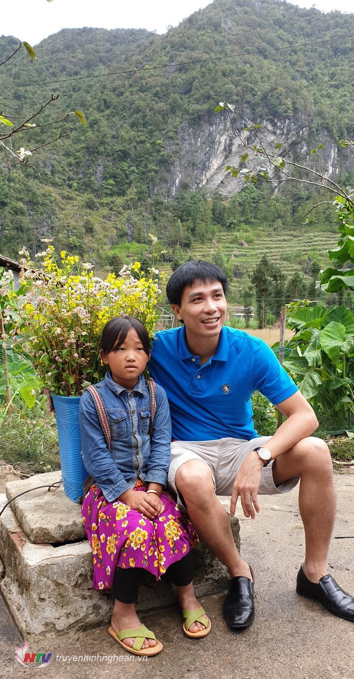 Đến với Hà Giang mùa này, du khách dễ dàng bắt gặp hình ảnh những đứa trẻ đeo hoa trên lưng.