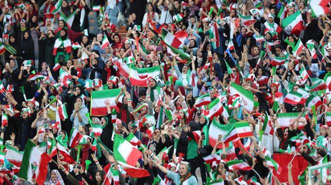 Niềm vui của các nữ cổ động viên Iran trên khán đài.