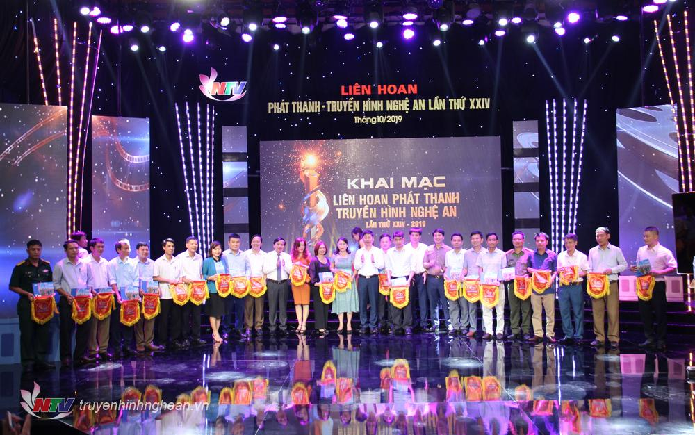 Ban Tổ chức trao cờ lưu niệm cho các đơn vị tham dự liên hoan PT-TH toàn tỉnh lần thứ 24.