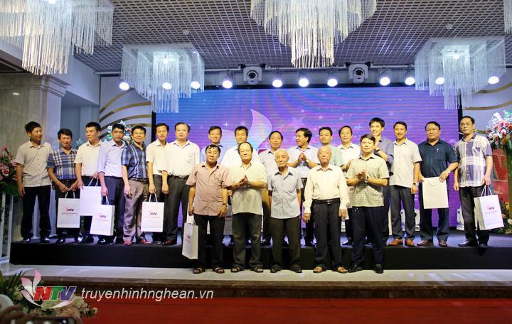 Lãnh đạo Đài PT-TH Nghệ An và nguyên lãnh đạo Đài qua các thời kỳ tặng quà tri ân các đồng chí lãnh đạo