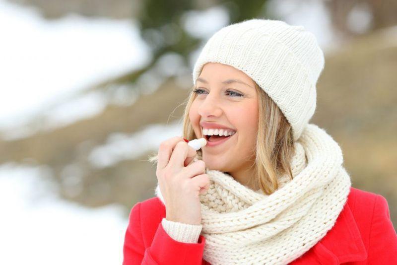 Cách điều trị: Cách điều trị tùy thuộc vào nguyên nhân gây khô môi. Quan trọng nhất là bạn cần uống đủ nước và thoa kem dưỡng bảo vệ môi bất kể vào mùa nào. Hạn chế liếm môi và hạn chế thở bằng miệng nếu có thể.