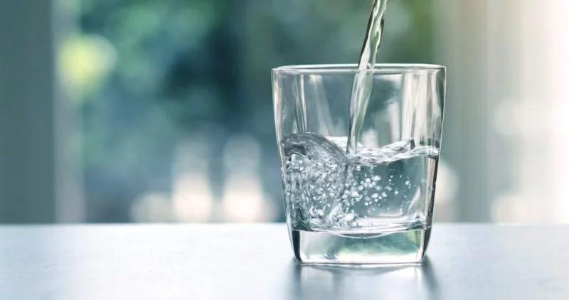 Thiếu nước: Một nguyên nhân gây khô môi là do thiếu nước. Mỗi người cần uống khoảng 50ml nước cho mỗi kg trọng lượng cơ thể mỗi ngày. Vận động viên và phụ nữ mang thai có thể cần uống nhiều nước hơn.