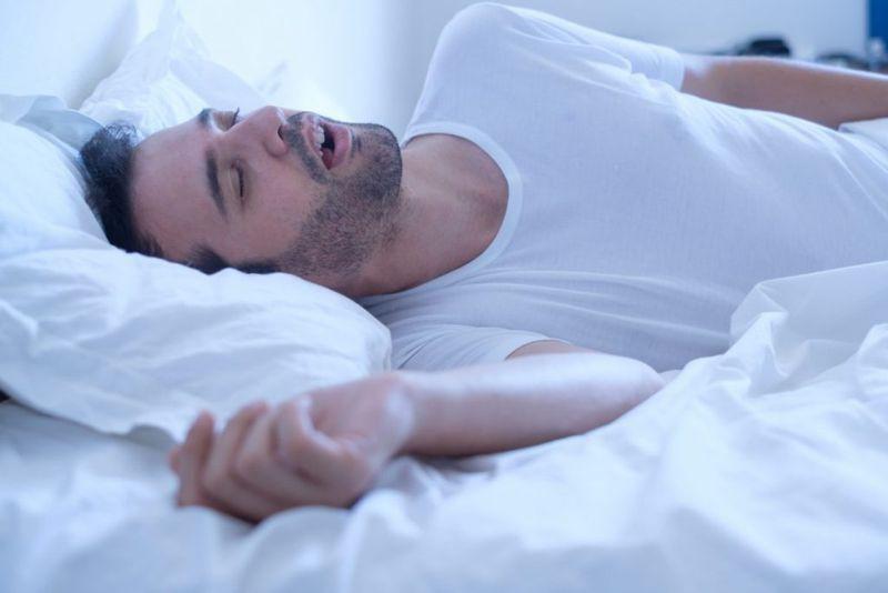 Thở bằng miệng: Khi bạn bị nghẹt mũi và phải thở bằng miệng trong thời gian dài, môi bạn dễ bị khô và nẻ. Mỗi hơi thở đều khiến môi tiếp xúc với không khí ấm và khô, làm mất đi độ ẩm của môi.