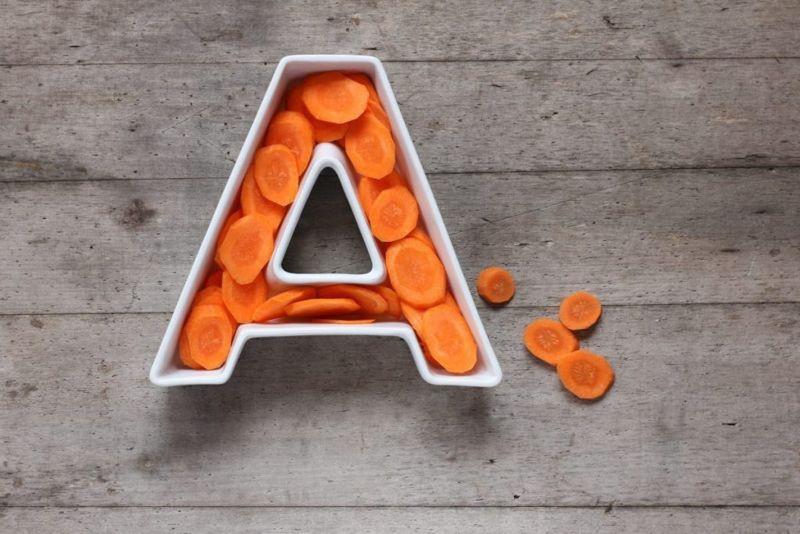Thừa vitamin A: Khô môi do thừa vitamin A có thể dự báo vấn đề tiềm ẩn lớn hơn. Thừa vitamin A có thể gây mờ thị lực, hoa mắt, đau đầu, cáu gắt, tăng cân,...