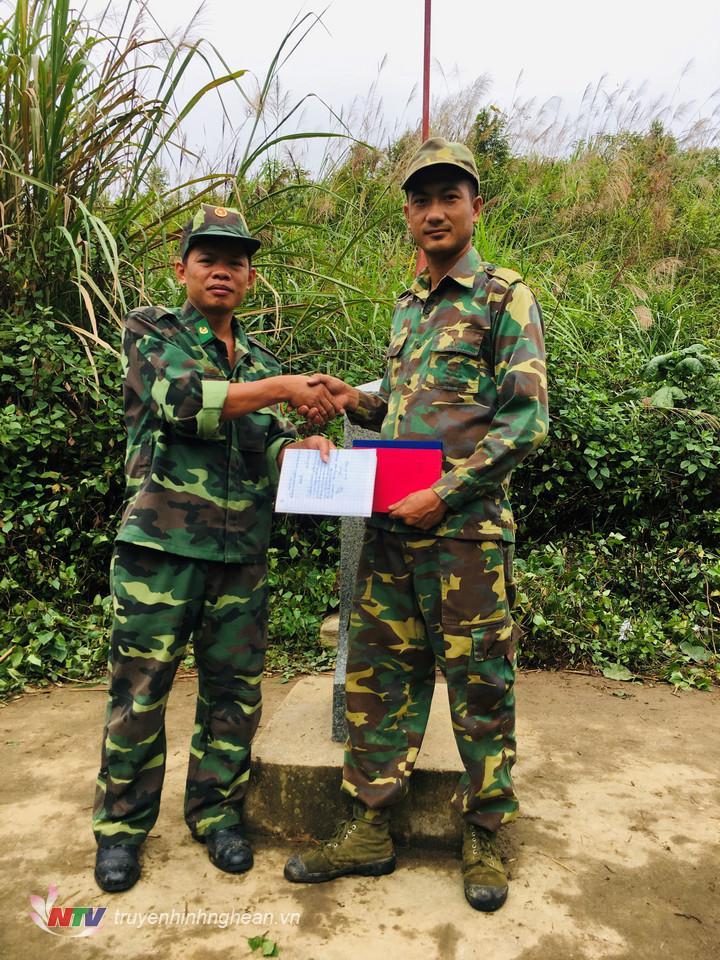 Hai đội trưởng trao biên bản đợt tuần tra.