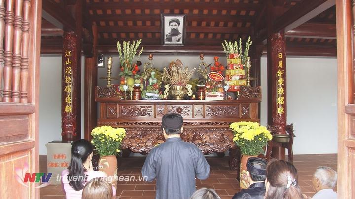 Lễ giỗ được cử hành theo nghi thức truyền thống.