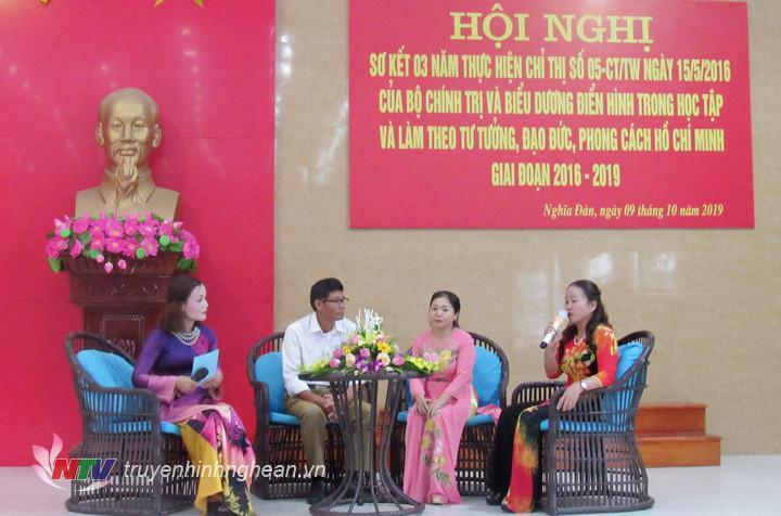 Các đại biểu giao lưu, tạo đàm chia sẻ kinh nghiệm trong học tập và làm theo tư tưởng, đạo đức, phong cách Hồ Chí Minh