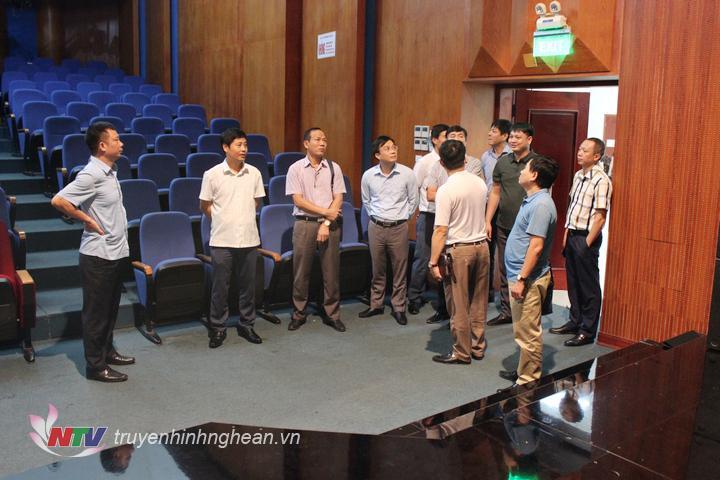 Đoàn tham quan khu vực sản xuất chương trình của Đài PT-TH Nghệ An.