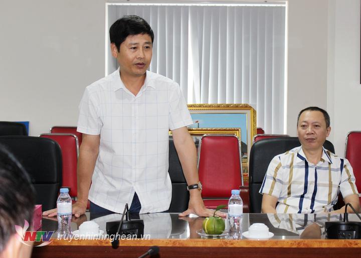 Đồng chí Trần Minh Ngọc - Phó Giám đốc Đài PT-TH Nghệ An giới thiệu về tòa nhà làm việc với đoàn cán bộ Đài PT-TH Ninh Bình.