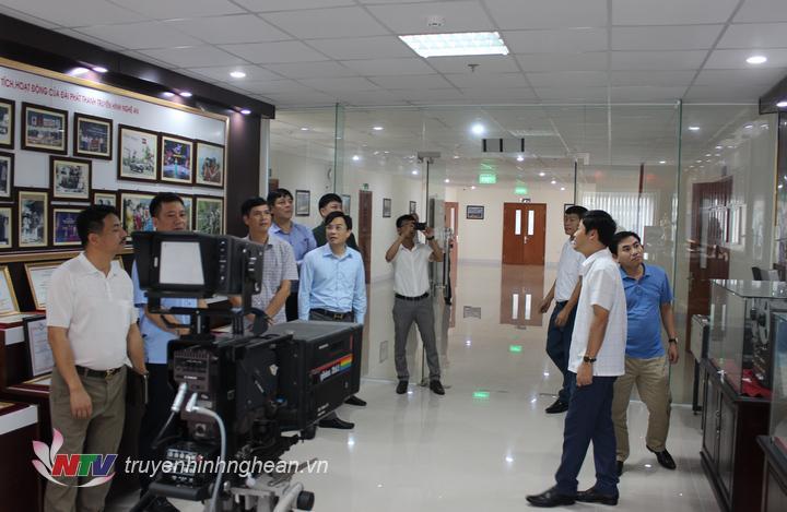 Đoàn cán bộ Đài PT-TH Ninh Bình tham quan phòng truyền thống Đài PT-TH Nghệ An.