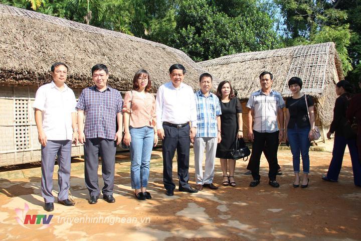 Đoàn cán bộ Trung tâm Truyền thông Quảng Ninh chụp ảnh lưu niệm trước ngôi nhà