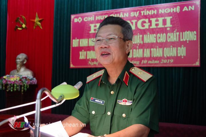 Thiếu tướng Nguyễn Sỹ Hội - Phó tư lệnh Quân khu 4 phát biểu chỉ đạo tại hội nghị