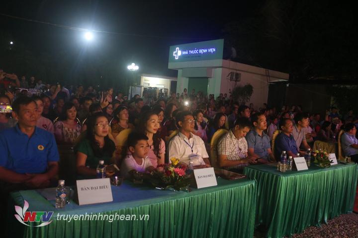Đông đảo người dân và các nhà hảo tâm tham dự chương trình.