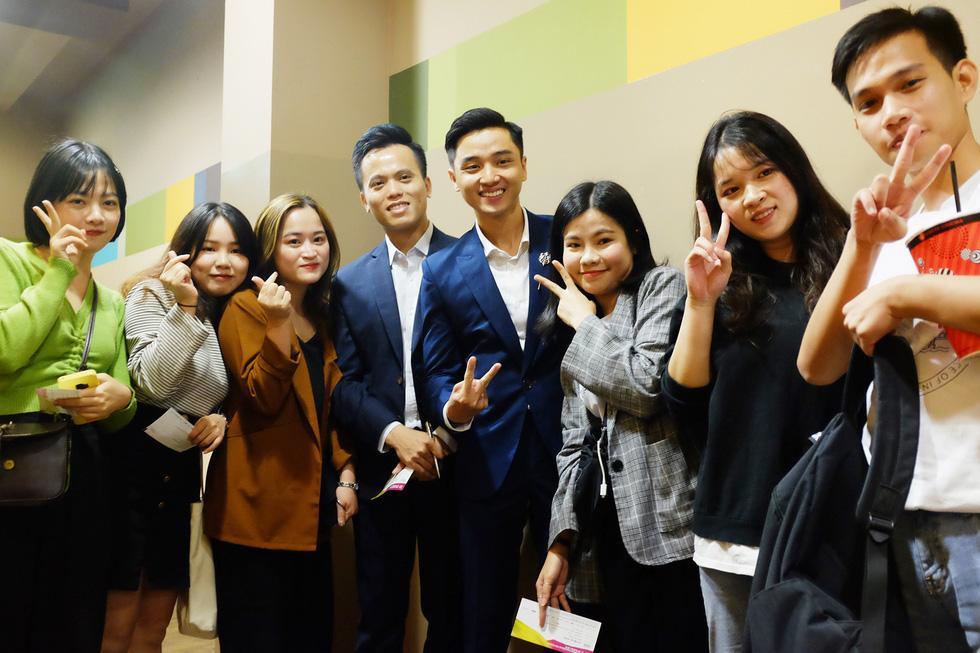 Các du học sinh Việt Nam đến ủng hộ buổi chiếu