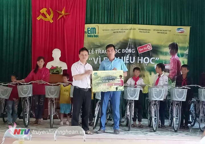 Trao tặng xe đạp cho học sinh nghèo trên địa bàn.