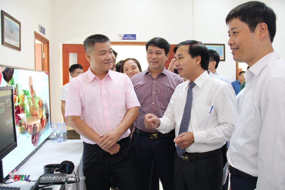 Các đại biểu tham dự tại triển lãm.
