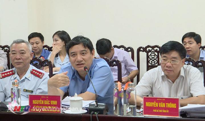 Bí thư Tỉnh ủy Nguyễn Đắc Vinh trao đổi tại buổi tiếp công dân.