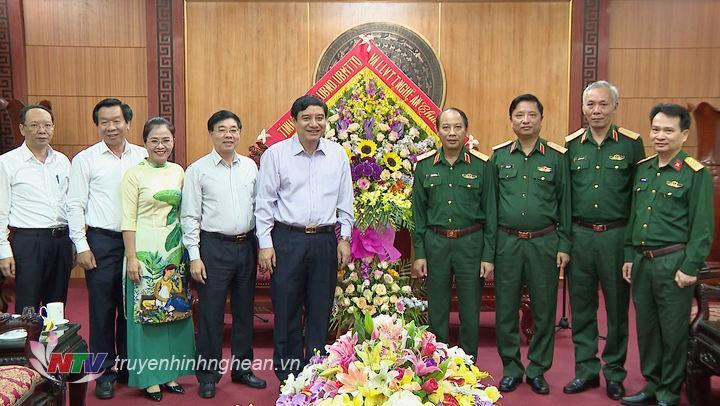 Lãnh đạo tỉnh tặng hoa chúc mừng Bộ Tư lệnh Quân khu 4.