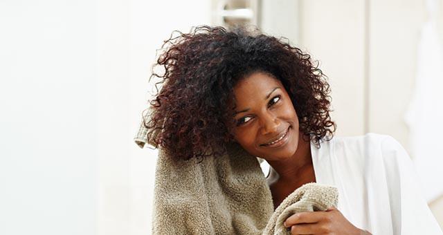 Thuốc nhuộm tóc cũng có thể ảnh hưởng tới da đầu và gây ra gàu. Vì thế, tránh nhuộm tóc trong mùa Đông hoặc hãy chắc chắn là bạn chọn loại thuốc nhuộm có thể đảm bảo độ ẩm cho tóc