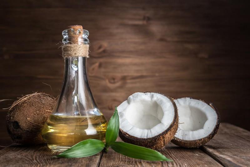 Dùng một chút dầu ôliu hay dầu dừa ấm mát-xa nhẹ nhàng lên da đầu và ủ trong 1 giờ. Hãy sử dụng dầu gội và dầu xả dịu nhẹ. Nhỏ vài giọt tinh dầu như dầu oải hương để kích thích liệu pháp. Điều này không chỉ giúp loại sạch gàu mà còn giúp bạn có mái tóc khỏe mạnh.