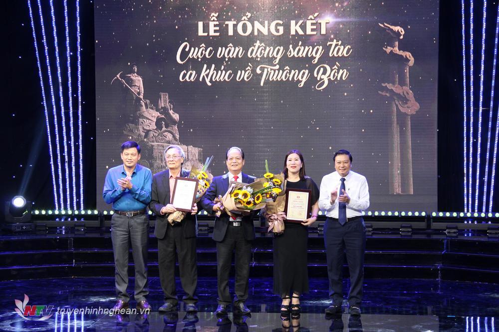 Phó Chủ tịch UBND tỉnh Lê Hồng Vinh và Phó Trưởng Ban Tuyên giáo Tỉnh ủy Kha Văn Tám tặng hoa cho các tác giả có tác phẩm đạt giải Nhì.
