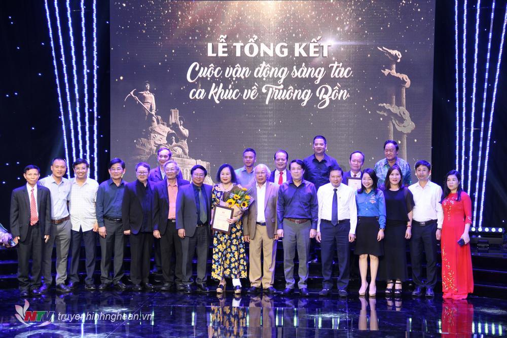 Các tác giả đạt giải chụp ảnh cùng Ban tổ chức.