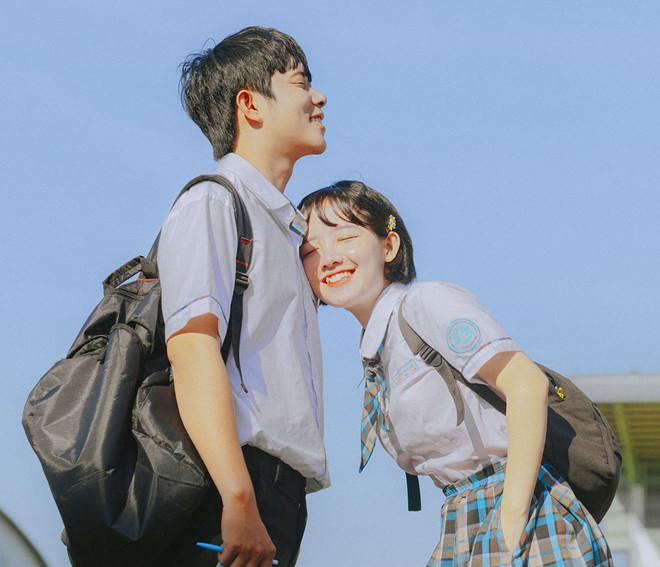 Kim Anh cho hay những hình ảnh này được lấy cảm hứng từ bộ phim học đường do chính nhóm của đôi bạn sản xuất. Những hình ảnh trong trẻo gợi nhớ tuổi thành xuân tươi đẹp.