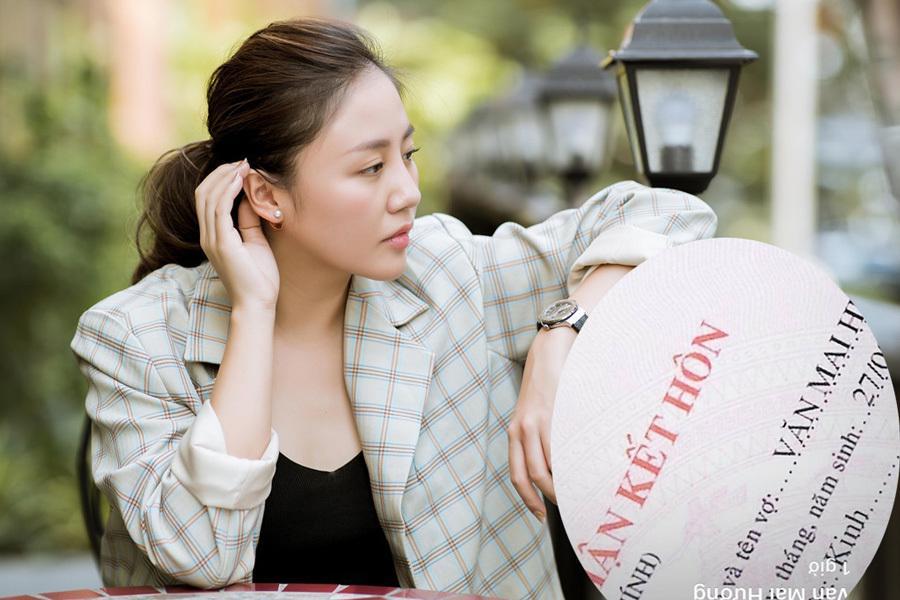 Văn Mai Hương khoe giấy chứng nhận kết hôn trên trang cá nhân.