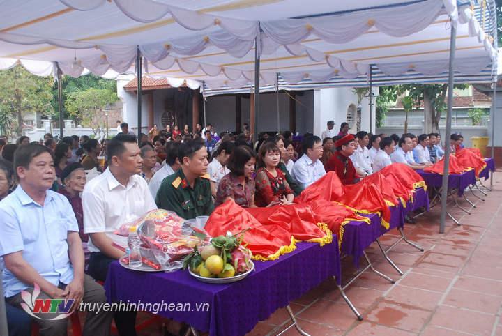 Lãnh đạo huyện cùng đông đảo người dân dự lễ giỗ Vua Mai.