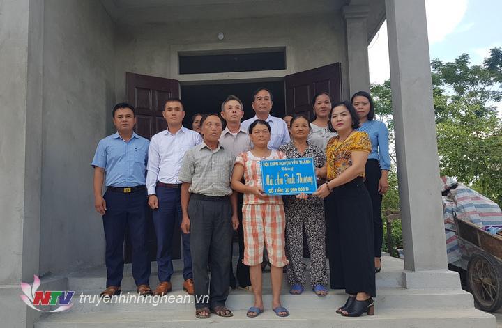 Hội LHPN Yên Thành trao 20 triệu đồng cho gia đình chị Dương Thị Hòa, xóm Phú Thọ, xã Long Thành.