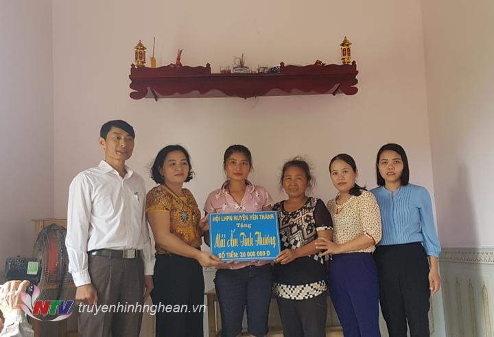 Gia đình chị Đào Thị Thu, xóm Văn Mỹ xã Văn Thành được hỗ trợ 20 triệu đồng làm nhà ở