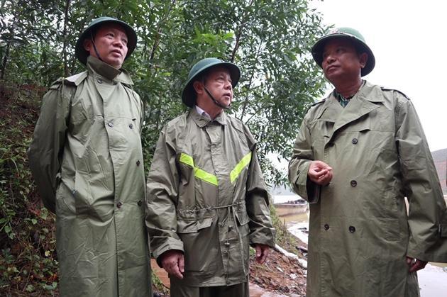 Thiếu tướng Hà Trọng Bình đang bàn phương án tiếp cận hiện trường với lãnh đạo tỉnh Thừa Thiên - Huế.