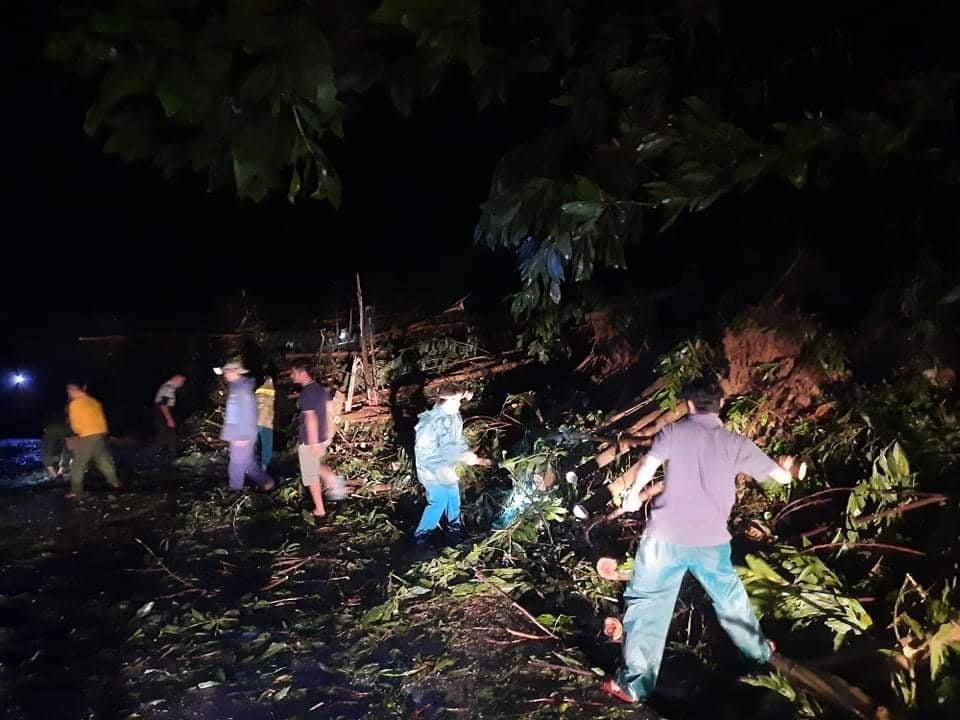 Các lực lượng nỗ lực dọn dẹp cây cối thông tuyến lên Bắc Trà My.