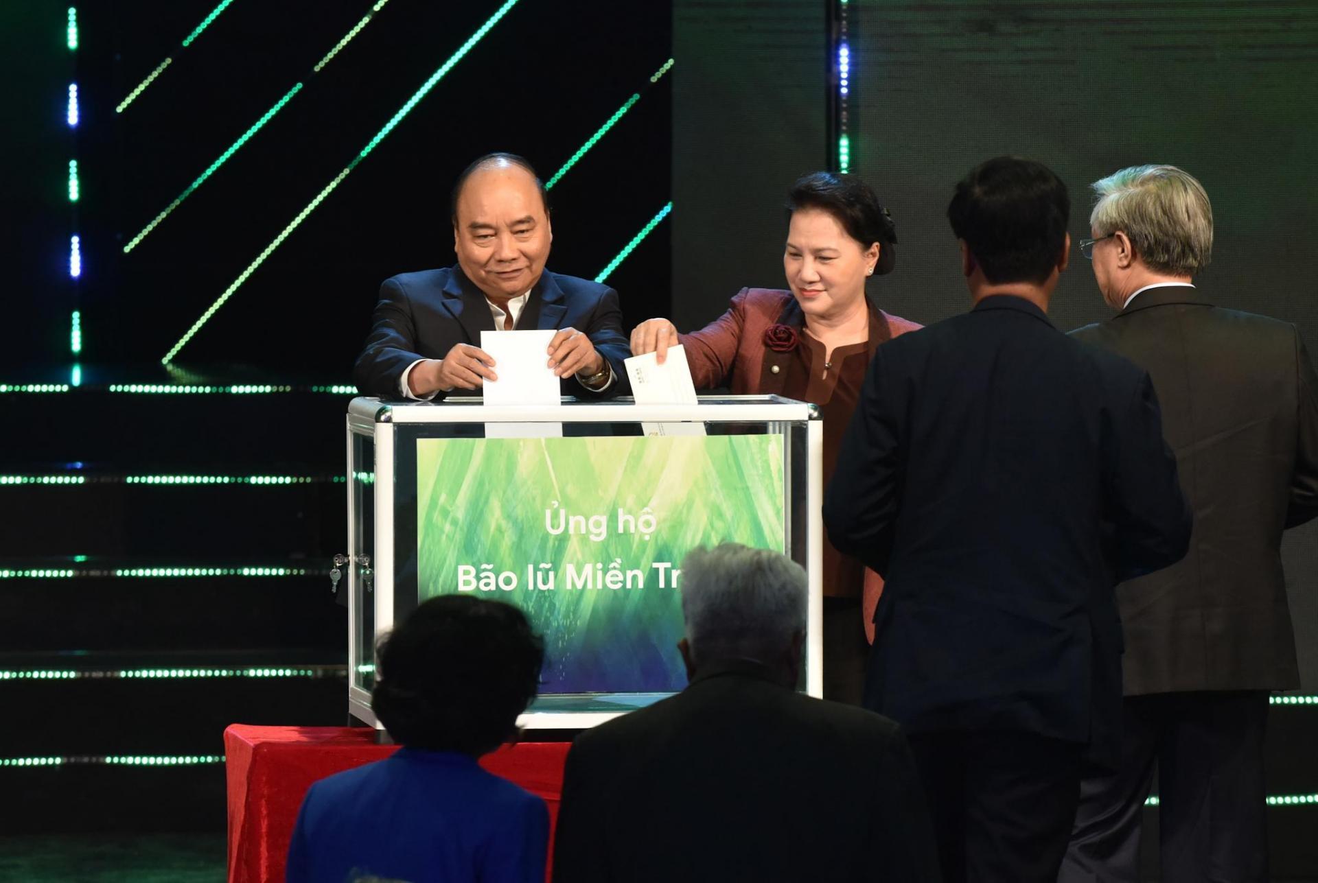 Thủ tướng Nguyễn Xuân Phúc, Chủ tịch Quốc hội Nguyễn Thị Kim Ngân cùng các đại biểu khuyên góp ủng hộ đồng bào miền Trung.