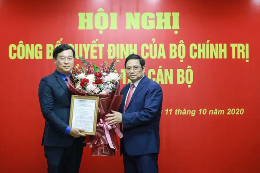 Trưởng Ban Tổ chức Trung ương Phạm Minh Chính trao quyết định cho ông Lê Quốc Phong.