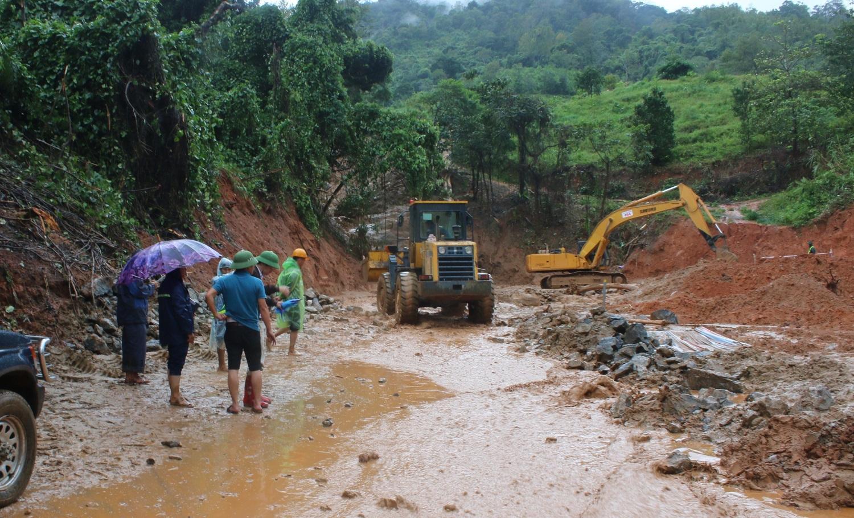 Nhiều tuyến quốc lộ bị sạt lở do mưa bão.