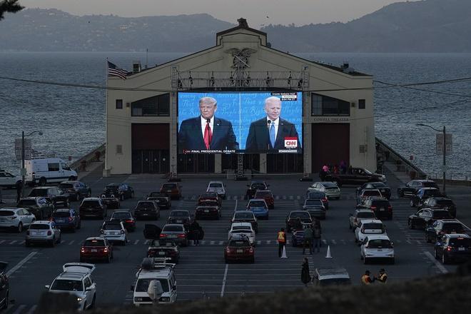 Người dân ngồi trong xe theo dõi cuộc tranh luận Trump - Biden trên màn hình ở trung tâm Fort Mason tại San Francisco. Ảnh: AP.