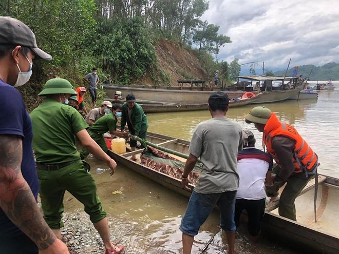 Nạn nhân tử nạn được đưa khỏi khu vực sạt lở bằng đường thủy chiều 14/10.