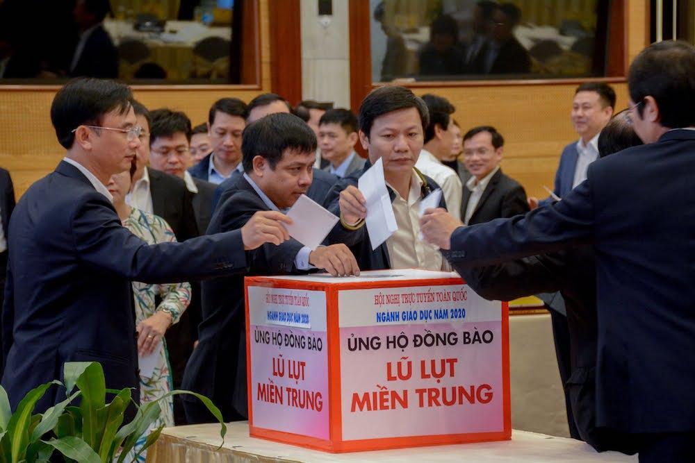 Các đại biểu ủng hộ, hỗ trợ cùng ngành giáo dục miền Trung vượt qua khó khăn.