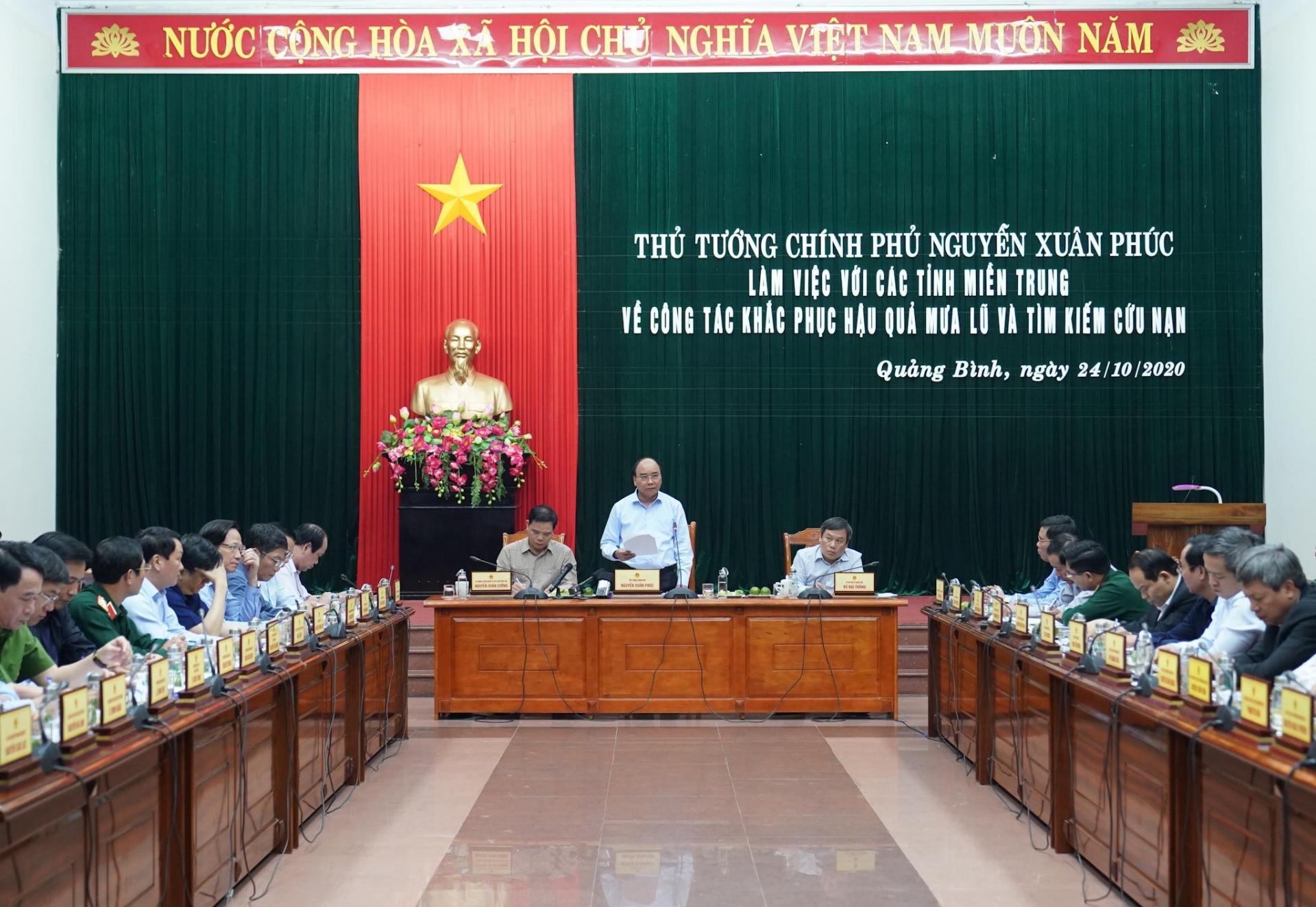 Thủ tướng làm việc với các tỉnh miền Trung về công tác khắc phục hậu quả mưa lũ, tìm kiếm cứu nạn.