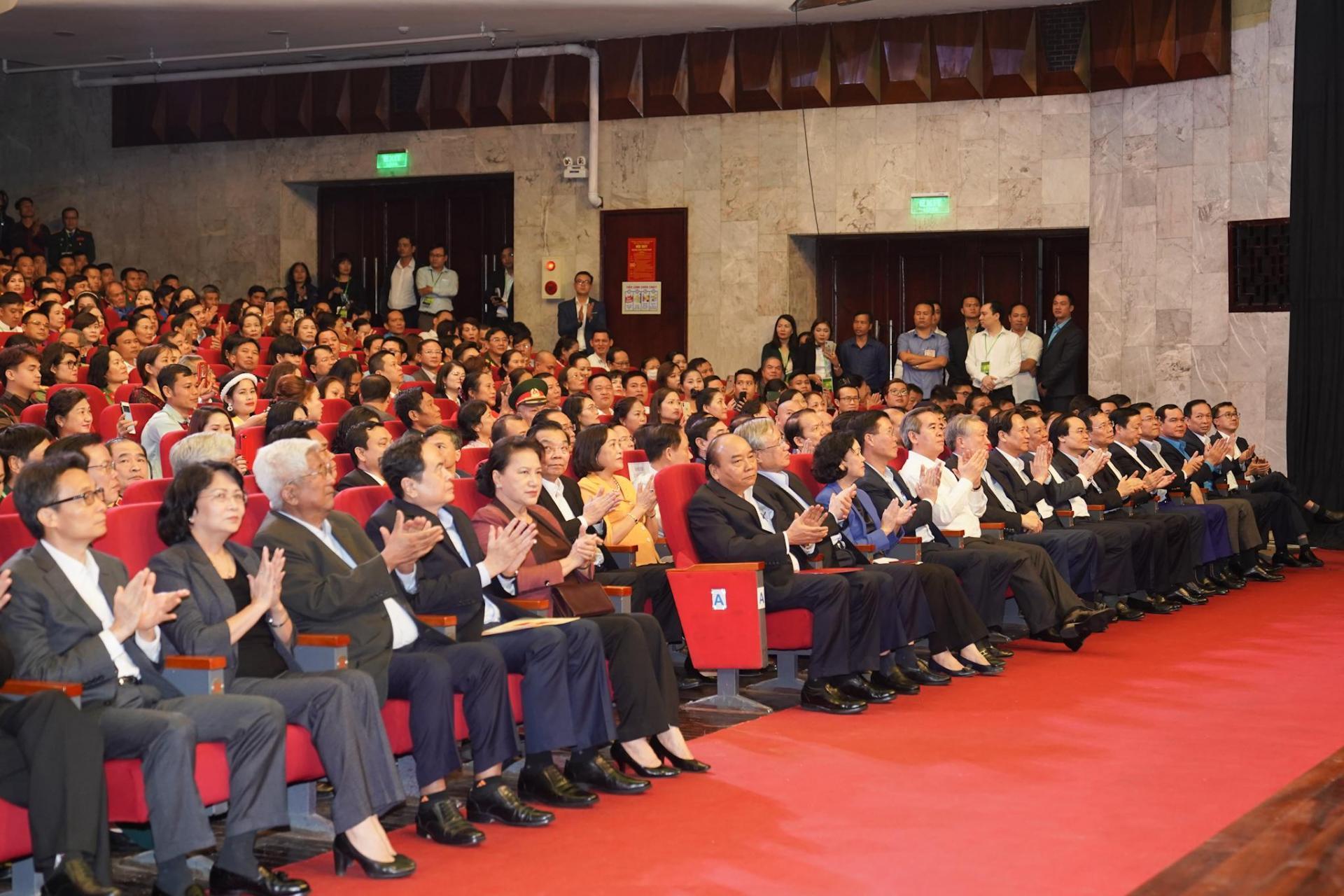 Thủ tướng Nguyễn Xuân Phúc và Chủ tịch Quốc hội Nguyễn Thị Kim Ngân với các đại biểu dự Chương trình Cả nước chung tay vì người nghèo năm 2020.
