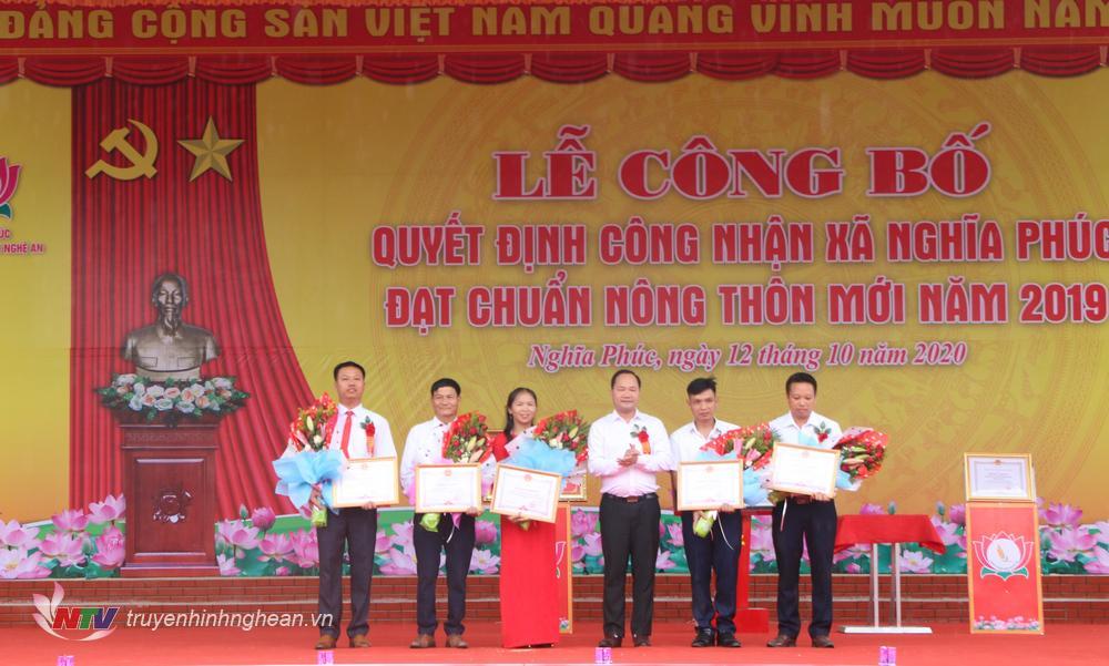 Lãnh đạo huyện trao giấy khen cho các cá nhân, tập thể có thành tích xuất sắc trong phong trào xây dựng NTM.