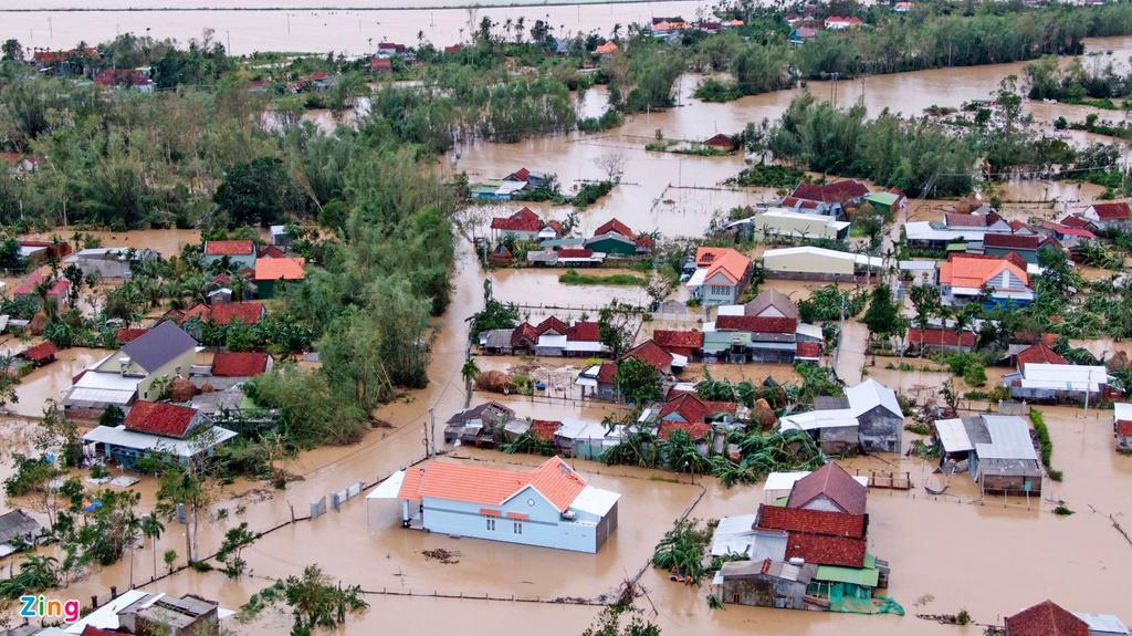 Các tỉnh miền Trung đang chìm trong nước lũ, nhà cửa hư hỏng nặng nề, nhiều học sinh nghỉ học, đi lại vô cùng khó khăn.